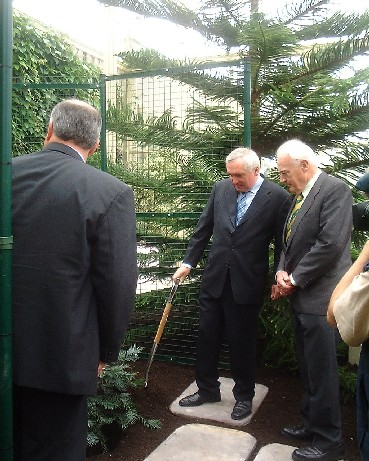 An Taoiseach Bertie Ahern and Dr. John Herron view the plant with Dr Peter Wyse Jackson
